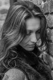 Ein junges schönes Mädchen mit dem langen Haar geht durch den Frühling Stryjsky-Park in Lemberg Lizenzfreies Stockbild