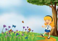 Ein junges Schulmädchen im Garten mit Schmetterlingen Stockfoto