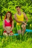 Ein junges Sportpaar auf Gras lizenzfreies stockbild