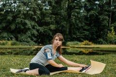 Ein junges und schönes Mädchen, das Sport im Freien tut Im Park führt das Mädchen Sportübungen durch stockfoto