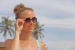Ein junges und schönes Mädchen mit dem blonden Haar in einem unterschiedlichen beautif lizenzfreies stockbild
