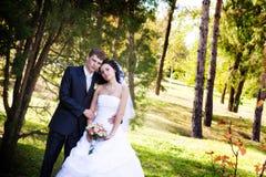 Ein Jungvermähltenpaar in einem Wald Stockfotos
