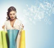 Ein Käufermädchen mit Taschen (Rabatte und Verkaufscollage) stockfotos
