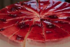 Ein köstlicher Nachtisch mit Kirschmarmelade auf der weißen Platte Lizenzfreie Stockfotografie