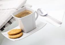 Ein köstlicher Tasse Kaffee mit Biskuiten Stockbilder