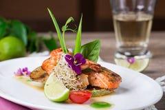 Ein köstlicher Teller von gegrillten Lachsen Stockfotos