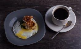 Ein köstliches Frühstück von Eiern, von Kaffee und von Pfannkuchen Stockfotografie