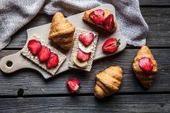 Ein köstliches Frühstück von Erdbeeren und von Brot auf hölzernem Hintergrund Frucht, Lebensmittel, Sandwiche, Käse Abbildung der Lizenzfreies Stockfoto