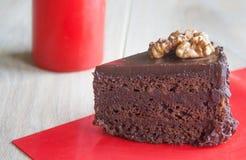 Ein köstliches Stück des Schokoladenkuchens auf einem roten Hintergrund Stockfotos