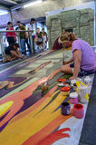 Ein Künstler (Julie-Kirche Purcell) während der Zeichnung und der Malerei seine Grafik 3D. Lizenzfreie Stockfotos