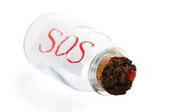 Weinleseflasche mit einem Korken, der S.O.S. lokalisiert auf weißem Hintergrund sagt Stockfotos