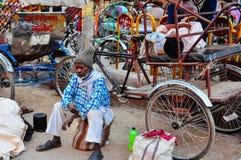 Ein kabuki Fahrer macht eine Pause in Varanasi, Indien lizenzfreie stockfotografie