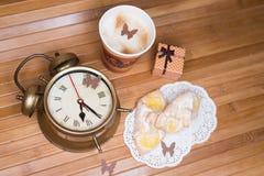 Ein Kaffee, zwei Gebäck, Mitbringselkasten und Stockfoto