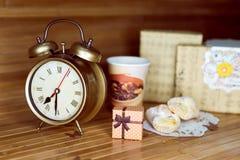 Ein Kaffee, zwei Gebäck, zwei Präsentkartons und Lizenzfreie Stockfotografie