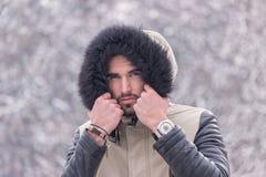 Ein kalter Winter des jungen Mannes draußen gehen Gesicht voran Stockfotos