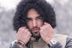 Ein kalter Winter des jungen Mannes draußen gehen nahes hohes des Gesichtes voran Lizenzfreies Stockbild