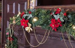 Ein Kamin wird für Weihnachten mit Girlande, Lichter verziert und lizenzfreie stockfotografie