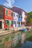 Ein Kanal in Burano Stockbilder