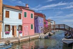 Ein Kanal in Burano Stockfotografie