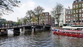 Ein Kanal in im Stadtzentrum gelegenem Amsterdam, die Niederlande stockbild