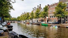 Ein Kanal in im Stadtzentrum gelegenem Amsterdam, die Niederlande lizenzfreies stockfoto
