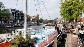 Ein Kanal in im Stadtzentrum gelegenem Amsterdam, die Niederlande stockbilder