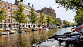 Ein Kanal in im Stadtzentrum gelegenem Amsterdam, die Niederlande lizenzfreie stockbilder
