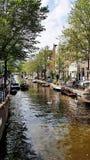 Ein Kanal in im Stadtzentrum gelegenem Amsterdam, die Niederlande stockfotografie