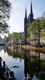 Ein Kanal in im Stadtzentrum gelegenem Amsterdam, die Niederlande stockfoto