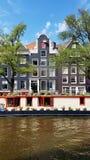 Ein Kanal in im Stadtzentrum gelegenem Amsterdam, die Niederlande lizenzfreie stockfotos