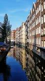 Ein Kanal in im Stadtzentrum gelegenem Amsterdam, die Niederlande lizenzfreies stockbild