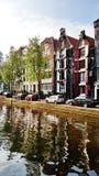 Ein Kanal in im Stadtzentrum gelegenem Amsterdam, die Niederlande stockfotos