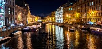 Ein Kanal in St. Peterburg, die Ansicht nachts lizenzfreie stockbilder