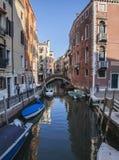 Ein Kanal in Venedig/in den blauen Himmeln und im Wasser Stockfotografie
