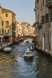 Ein Kanal in Venedig, Italien Stockbilder