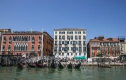 Ein Kanal in Venedig, in Italien/im blauen Wasser, in den Gondeln und in den historischen Gebäuden Stockfoto