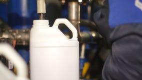 Ein Kanister mit einer gefährlichen Flüssigkeit in der Anlage stock video