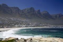 Ein Kapstadt-Strand und -Tafelberg Lizenzfreie Stockfotos