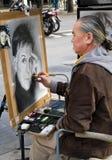 Ein Karikaturenzeichner, mit einem Portrait von Paul McCartney Lizenzfreies Stockfoto