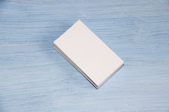 Ein Kartenspiel liegt auf blauem Hintergrund Lizenzfreies Stockfoto