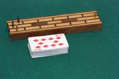 Ein Kartenstapel und ein Krippenbrett Stockfoto
