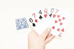 Ein Kartenstapel verbreitet entlang einem weißen Hintergrund Lizenzfreies Stockfoto
