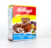 Ein Kasten Cocos schlingen die süße Frühstückskost aus Getreide, die auf Weiß lokalisiert wird Stockfoto