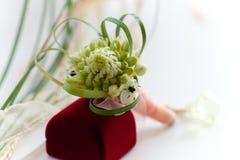Ein Kasten des Hochzeitsblumenstraußes und eines Ringes Stockfotos