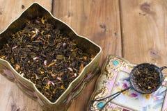 Ein Kasten Teeblätter Trockener Tee Getränke für Gesundheit Hölzerner Hintergrund Löffel für Tee Freier Raum für Text oder Postka Stockfotos