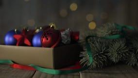 Ein Kasten Weihnachtsdekorationen stock footage