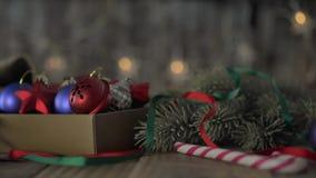 Ein Kasten Weihnachtsdekorationen stock video