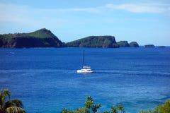 Ein Katamaran, das Admiralitäts-Bucht, Bequia kommt Lizenzfreie Stockfotografie