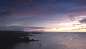 Ein Katamaran in Honolua-Bucht bei Sonnenuntergang, Maui, Hawaii Lizenzfreies Stockfoto