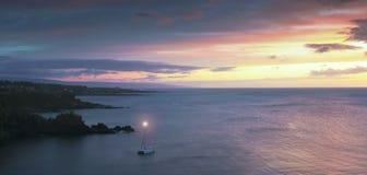 Ein Katamaran in Honolua-Bucht bei Sonnenuntergang, Maui, Hawaii lizenzfreie stockfotografie
